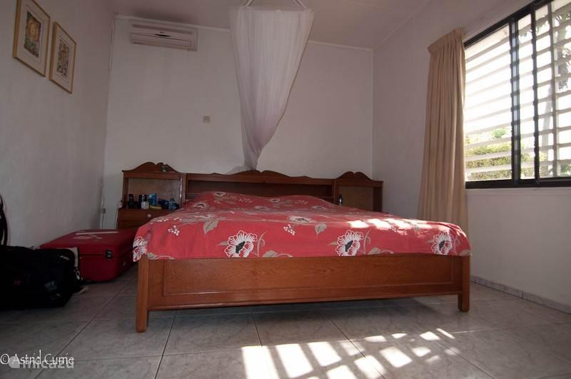 De master bedroom. De slaapkamers zijn niet al te groot, maar erg praktisch ingericht. Elke slaapkamer biedt ruimte aan twee personen. U beschikt over comfortabele bedden, grote ingebouwde schuifkasten met passpiegels.