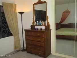 Alle slaapkamers zijn goed en netjes ingericht; er zijn moderne schuifkasten met spiegeldeuren en heerlijke bedden. Alle kamers zijn voorzien van airco's (split units).
