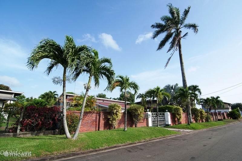 Het voraanzicht van de poort vanaf de straat. Het huis is omgeven door een muur en een brede electrische poort die met een afstandbediening - met ingebouwde veiligheid voor kinderen - wordt bediend.