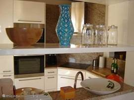 doorkijk naar keuken