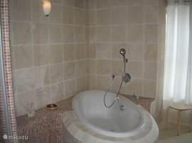 badkamer beneden met ligbad