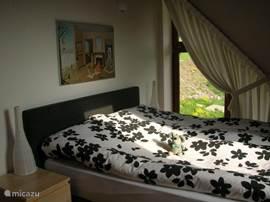 zwart/witte slaapkamer boven Met kaptafel/ladenkast,nachtkastjes en garderobekast.