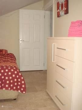 Tweede slaapkamer met zicht op de deur naar de hal.