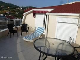 Bovenste terras met zicht op grote en kleine slaapkamer.