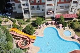 Zwembad gezien vanaf het terras.