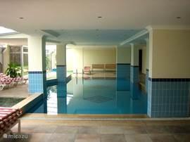 Binnen zwembad, welke 's winters wordt verwarmd.