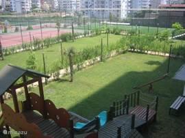 Speelplaats en speelveld voor kinderen.