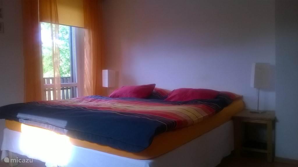 Een van de drie slaapkamers met uitgang naar balkon