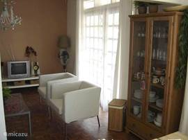 woonkamer/ servieskast met uitgebreid servies en tafelkleden. Ventilator met afstansbediening.