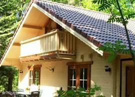 zeer comfortabele recreatiewoning in bosrijke omgeving met veel privacy, voorzien van cv, vloerverwarming, hal,grote woonkamer, 1 slaapkamer beneden en 1 slaapkamer boven, luxe doucheruimte, apart toilet, berging met wasmachine, keuken met inbouwapparatuur.