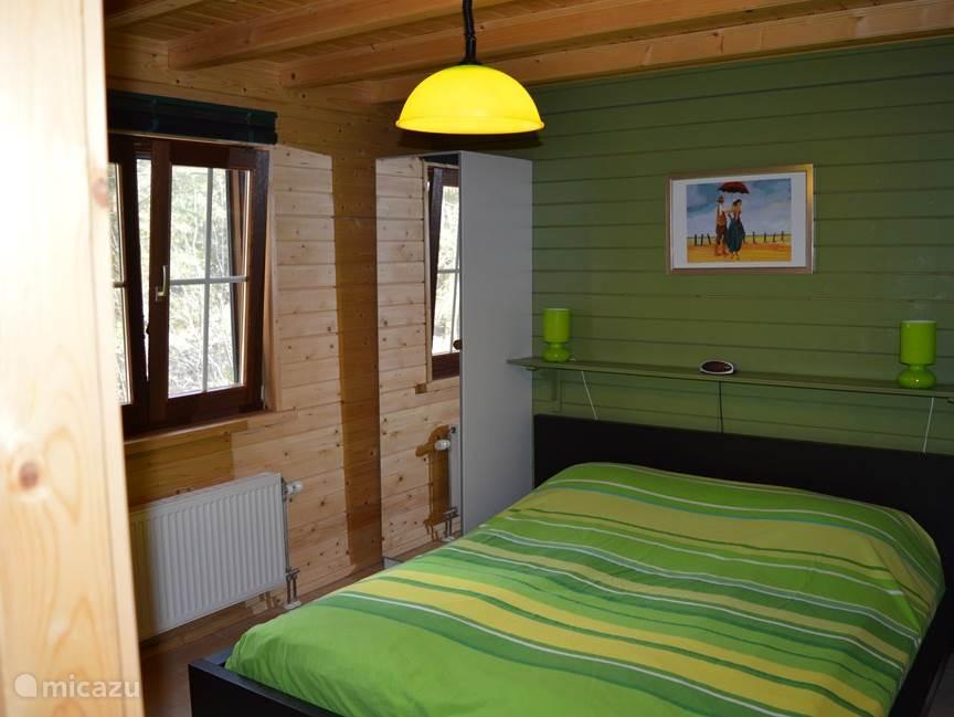 Slaapkamer beneden. 2x garderobekast met spiegel aan weerszijde van het bed. 2x 90cm matras.