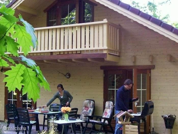 heerlijk barbecuen met de gasbarbecue op het grote terras met zes stoelen en een grote tafel. Zelfs al zou het regenen kun je bij geschikte temperaturen onder de kap van het huis toch heerlijk droog zitten en genieten van de heerlijke natuur.