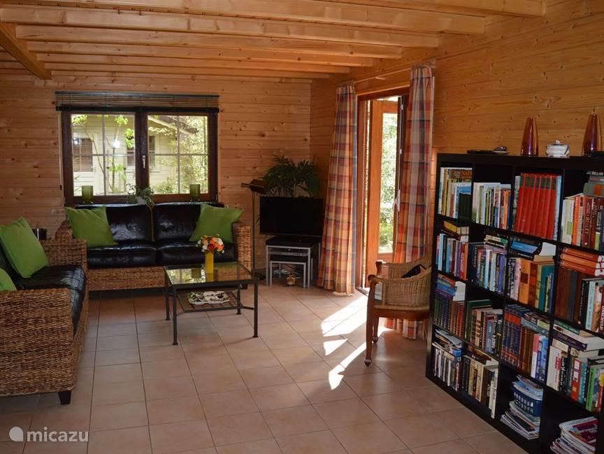 Zitgedeelte van de woonkamer eveneens met openslaande deuren naar het terras.  TV met ingebouwde DVD speler. In de boekenkast vind je diverse boeken over de natuur, informatie over uitstapjes in de buurt, diverse Dvd's en leesboeken.