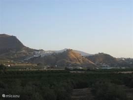 De contouren van Álora bij zonsopgang