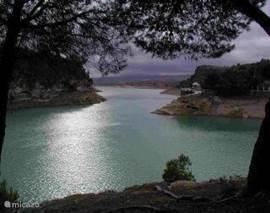 Het merengebied bij Ardales met  kraakhelder zwemwater. Alleen waterfietsen en cano's toegestaan