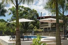 Het prive zwembad van Oso Naomi, gezien vanaf het huis. U kunt heerlijk zonnen of in de schaduw zitten of een verkoelende duik nemen in het zwembad.