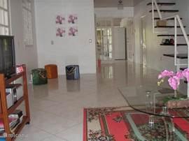 De zeer ruime woonkamer is air conditioned. De woonkamer is zo groot dat al vaak extra gasten in deze ruimte zijn blijven slapen.