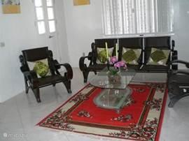 In de woonkamer is een gezellig zitje gemaakt waar televisie gekeken kan worden.