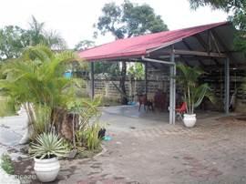 De carport wordt meestal gebruikt als overdekt terras. Hier kan lekker buiten gegeten worden of gerelaxt in de hangmatten.  Ook als het regent zit je hier toch lekker droog en het is altijd warm!