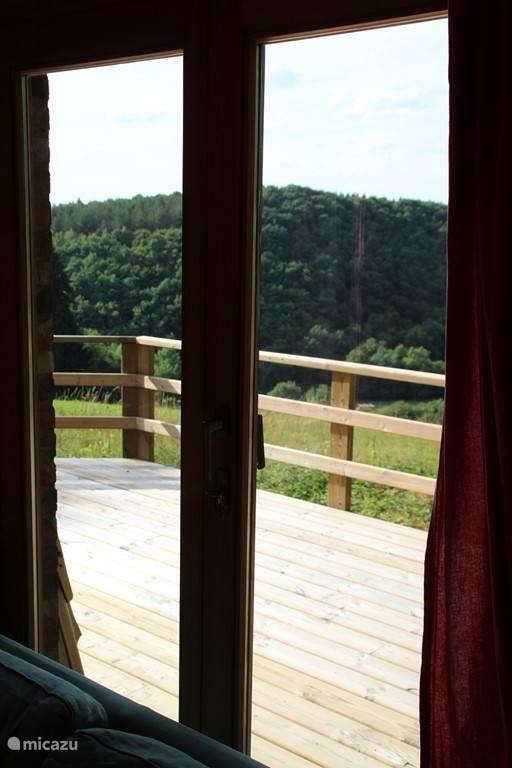 Dit is het uitzicht naar de noordwestkant, dubbele openslaande deuren geven toegang tot het ruime terras.