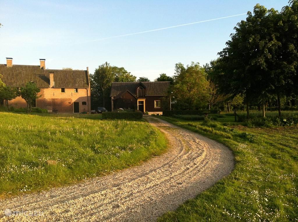Koetshuis vanaf de oprijlaan