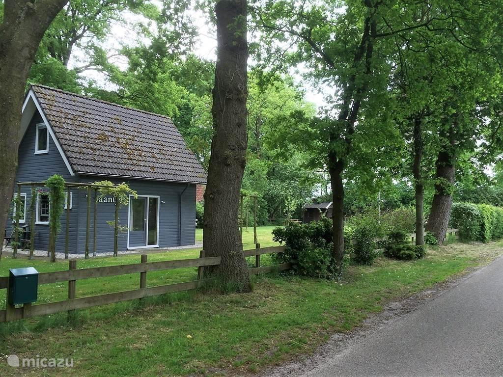In het mooie Overijsselse Reggedal staat dit vrijstaand houten huisje op eigen terrein. Volop gelegenheid om te wandelen en te fietsen. Ommen ligt op 9 km afstand.