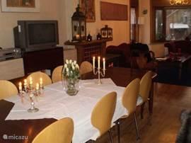 Lange eettafel voor 10 personen in de grote woonkamer
