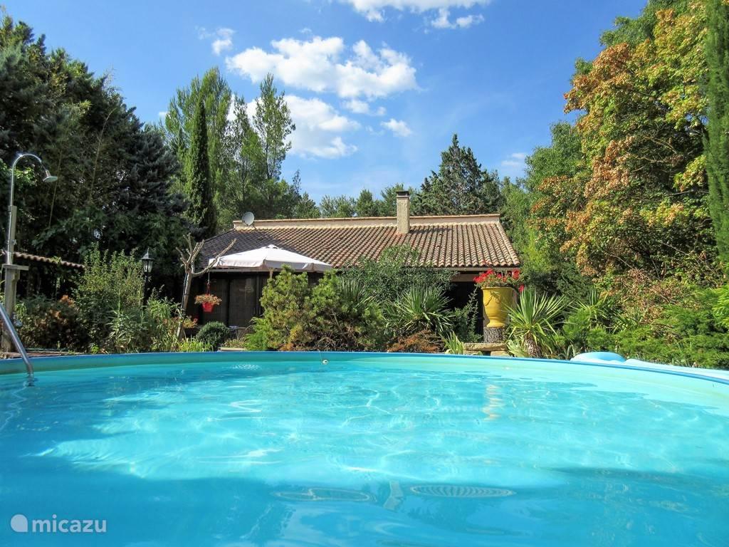 Luxe villa met zwembad, met veel privacy en grote tuin. Zeer groot terras, welke overgaat in de tuin en de omgeving.Grote woonkamer met aparte TVhoek en open haard. Goed geoutilleerde keuken met veel keukenapparatuur.  In de tuin een apart gastenverblijf voor 2 personen.