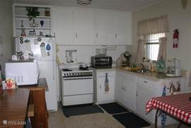 achter de open keuken ligt de serre-woonkamer