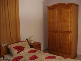 Een ruime 2 persoonsslaapkamer op de begane grond.