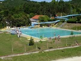 Het zwembad in Bukkszek met de 136 meter lange glijbaan