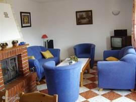 Onze knusse huiskamer met een 2 en 3 zits bank en 2 fauteuils.