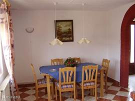 De ruime eethoek, waarvan de tafel uitgetrokken kan worden.
