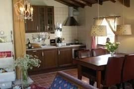 De gezellige eettafel en keuken in de Lodge