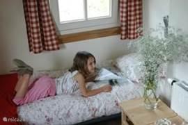 Slaapkamer in 'landleven'-stijl op de bovenverdieping van de Lodge