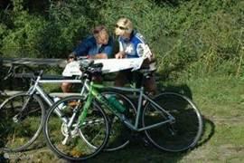 Het plannen van de fietstocht in de omgeving, op een bankje in de boomgaard rondom de Lodge