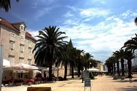 Gezellige boulevard Trogir met palmbomen