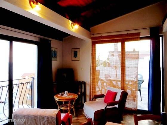 woonkamer met aan 2 zijden schuifpuien