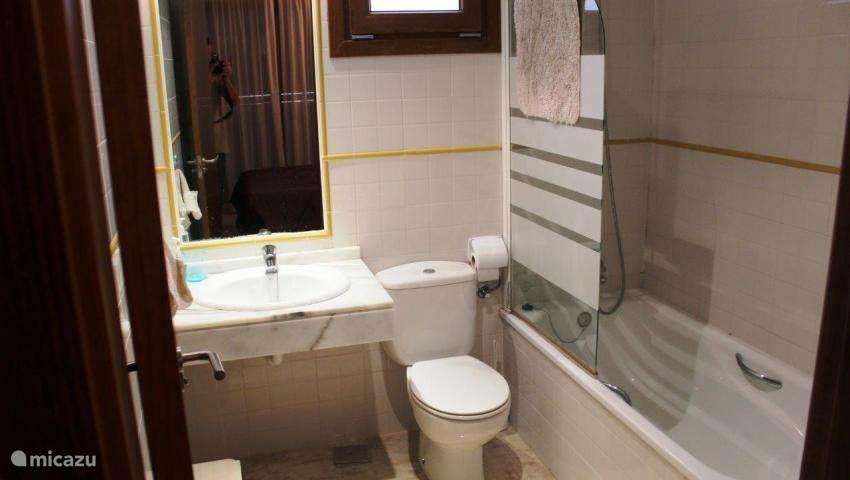 De badkamer van de master bedroom