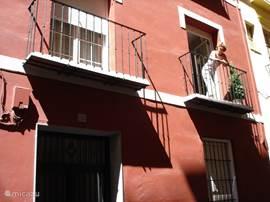Gevel van het appartement. Het ligt op steenworp afstand van terrasjes en pleintjes. Vanuit het balkon is het Alhambra te zien.