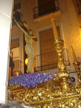 Semana Santa/ de heilige week vóór Pasen. De processies trekken aan het balkon voorbij.