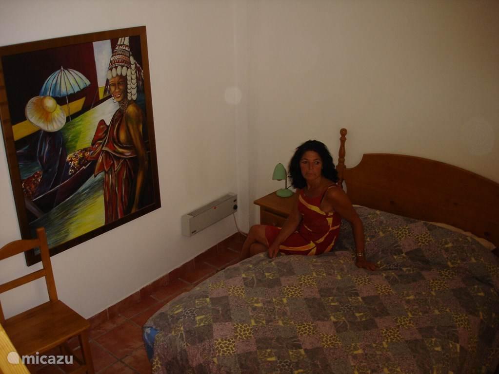 Schlafzimmer mit großem Kleiderschrank, Bügeleisen, Haartrockner.