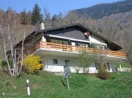 Mooi ***chalet in Breiten met 2 slpk. (max. 4 pers.)internet, houtkachel, balkon en tuin, garage/parkeerpl. Rustig gelegen. Panoramisch uitzicht op de bergen. Geschikt voor alle seizoenen. Skien, wandelen, kuurbad, golfen, fietsen/mountainbiken. Huurprijs vanaf € 275,-- tot € 425,--per week.