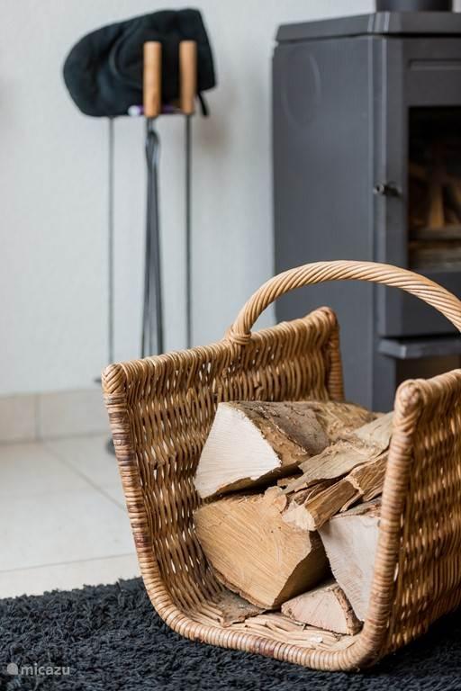 De houthaard is klaar voor gebruik. Wel zelf zorgen voor papier,  aanmaakblokjes of kachelhoutjes.
