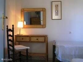De Slaapkamer met 2-eenpersoonsbedden(90cm x 190cm). Hier zie je de kaptafel op deze kamer.