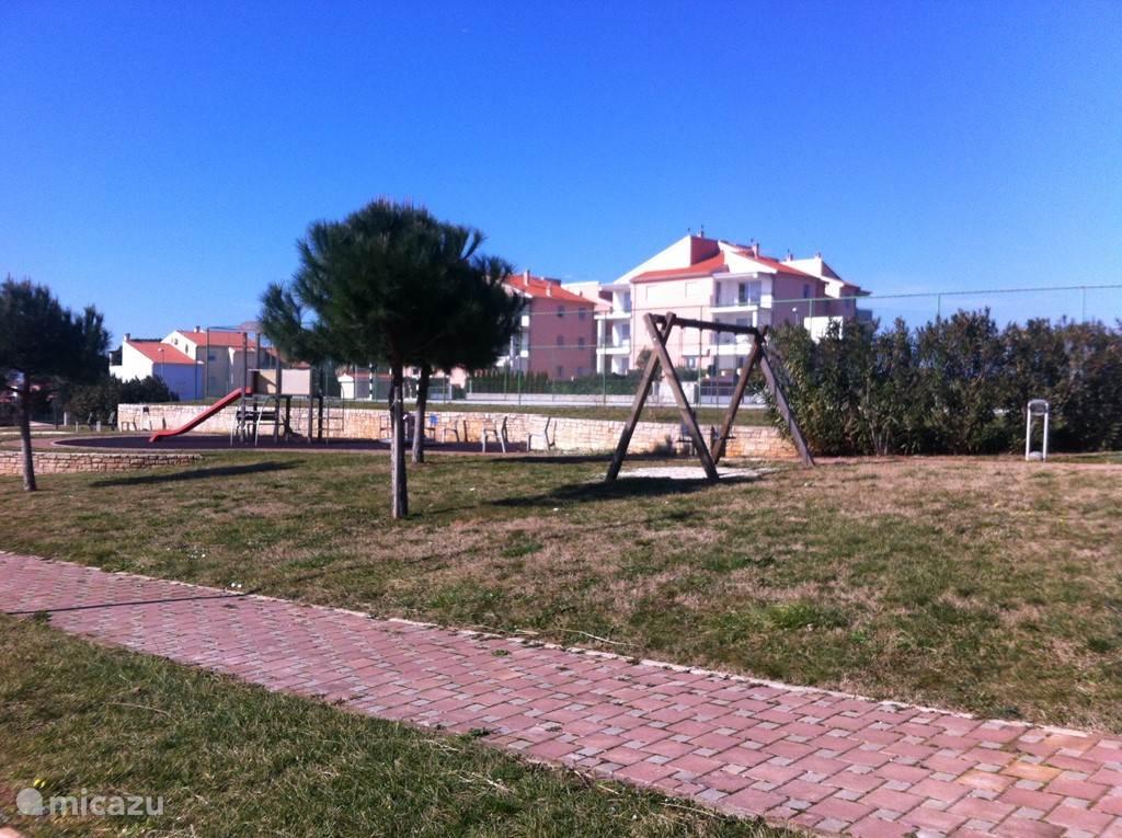 De speeltuin met ook nog een voetbal of basketbalveld