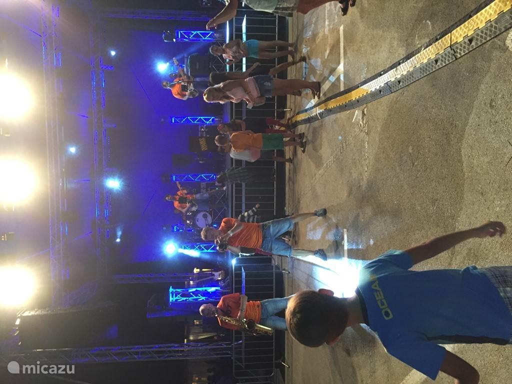 Muzikanten gezellig tussen het publiek