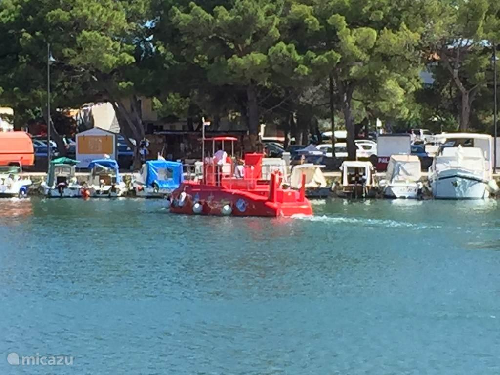 En vanuit de haven kun je een leuk tochtje maken op duikboot met een glas bodem