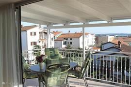 Het balkon is nu voor een groot gedeelte voorzien van een overkapping hier kun je heerlijk genieten van je ontbijt en het uitzicht