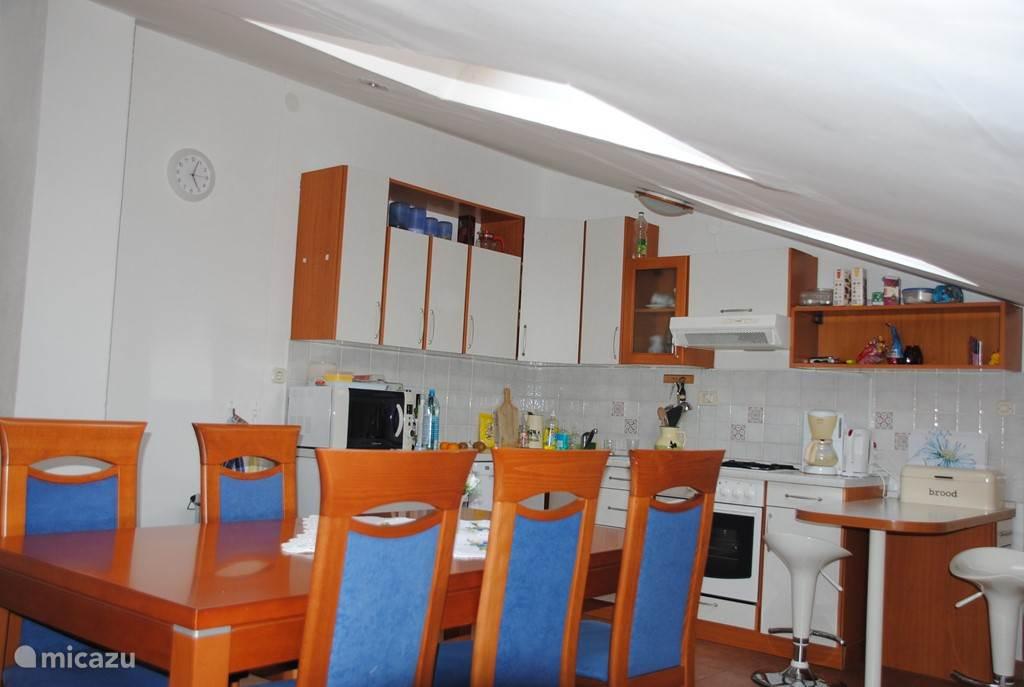 Ruime woonkeuken met vaatwasser  koelkast oven en magnetron